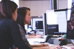 Osoby przy komputerze