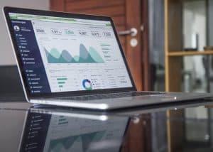 Statystyki na ekranie laptopa