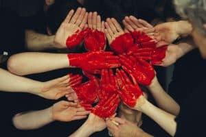 Serce namalowane na dłoniach