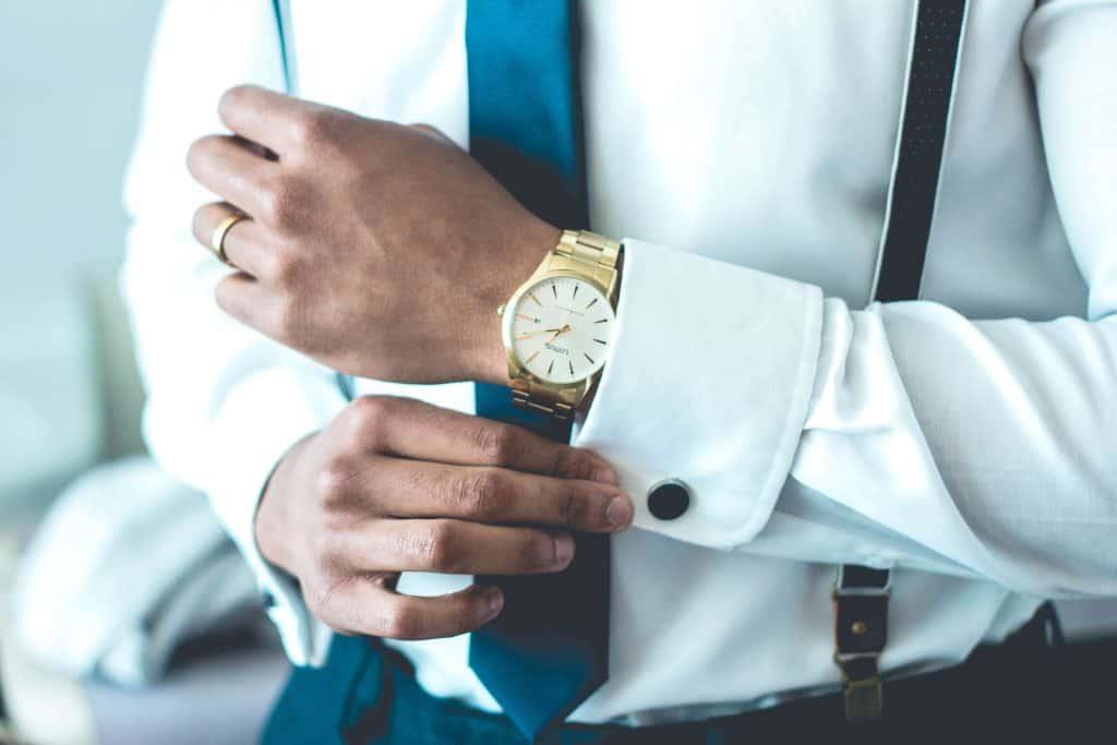 Mężczyzna z zegarkiem na ręce