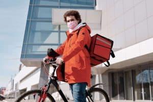 Dostawca jedzenia na rowerze