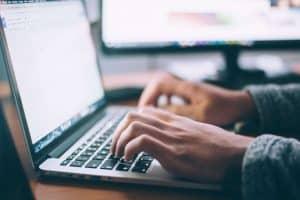 Dłonie na klawiaturze laptopa