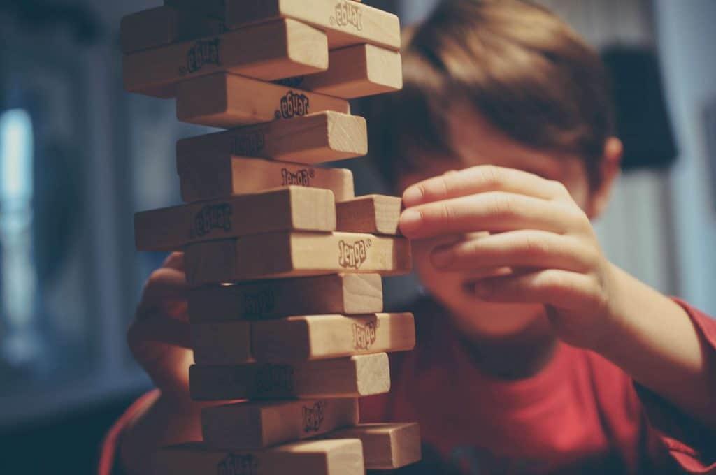 Chłopiec bawiący się klockami jenga