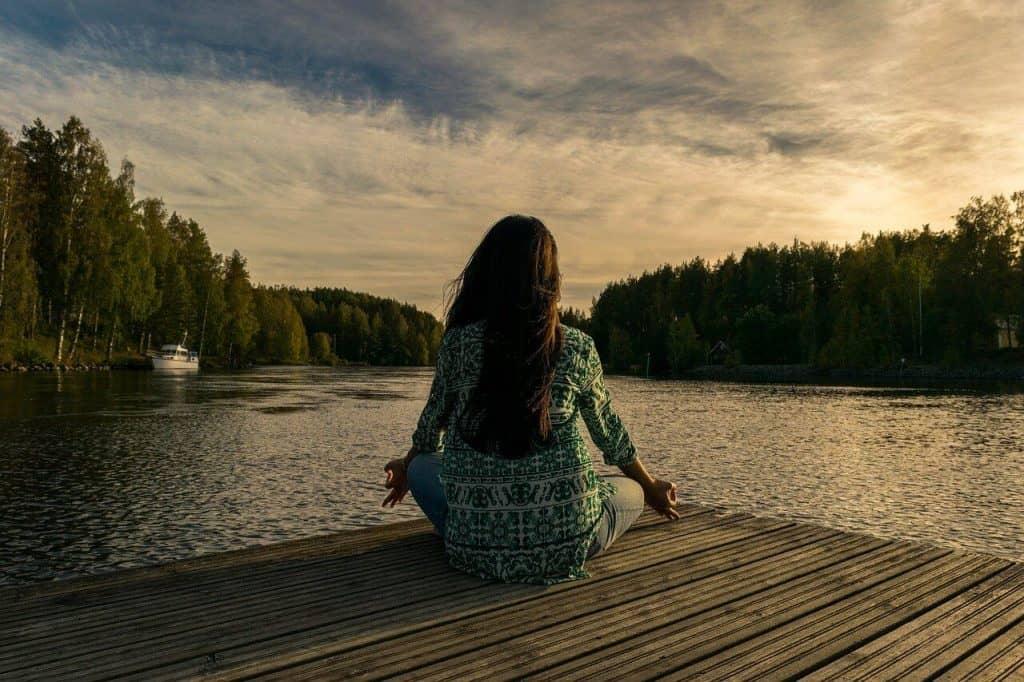 Kobieta praktykująca medytację