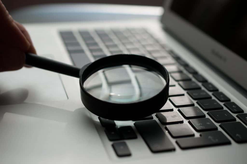 Lupa przy klawiaturze laptopa