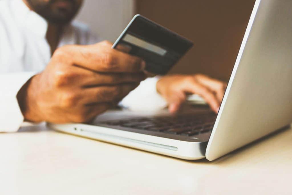 Osoba robiąca zakupy online
