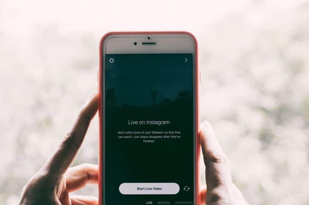 Telefon z włączoną aplikacją Instagram