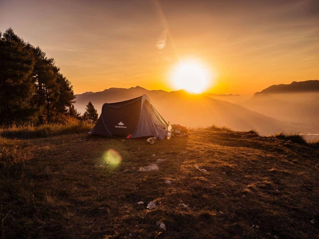 Namiot przy zachodzie słońca