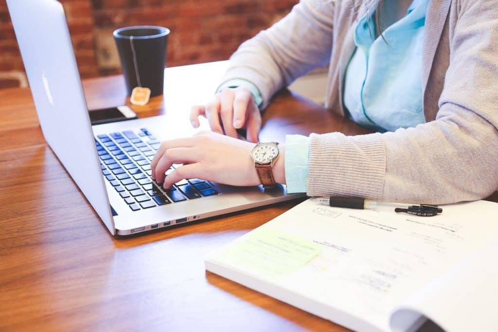 Osoba pracująca przy laptopie