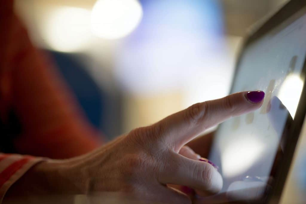 Palec wskazujący na ekran laptopa