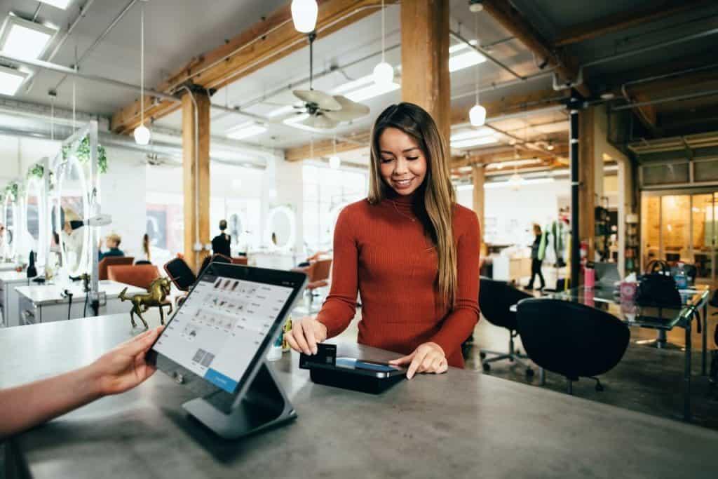 Klientka płacąca kartą