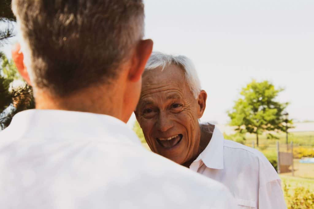 Śmiejący się starszy mężczyzna