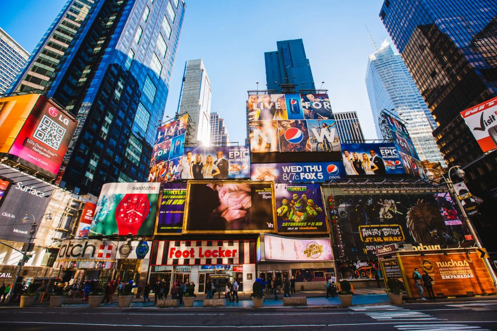Centrum miasta i billboardy reklamowe